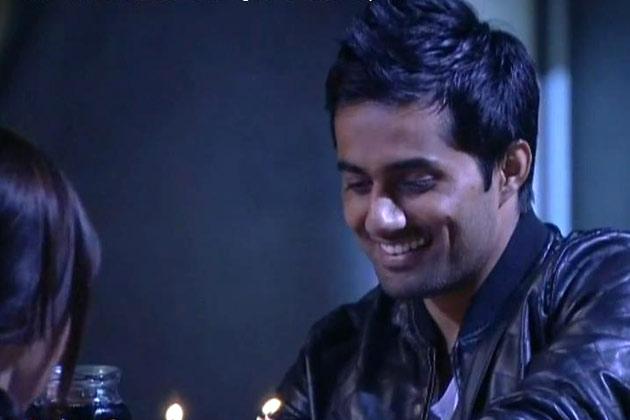डेटिंग पर विशाल ने सना से कहा कि वह उसके प्रेम में डूब चुका है। वह सच में उसे पसंद करता है।