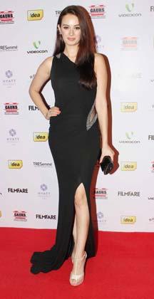 एक्ट्रेस एवलीन शर्मा भी फिल्मफेयर नॉमिनेशन पार्टी में पहुंचीं।