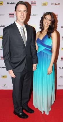 एक्ट्रेस एलेना डिक्रूज अपने दोस्त के साथ  फिल्मफेयर नॉमिनेशन पार्टी में पहुंचीं।