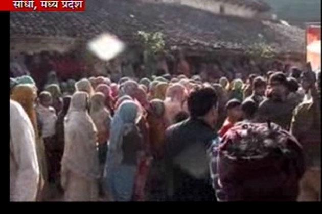 शहीद सुधाकर सिंह का शव गांव पहुंचते ही लोग उन्हें श्रद्धांजलि देने उमड़ पड़े।