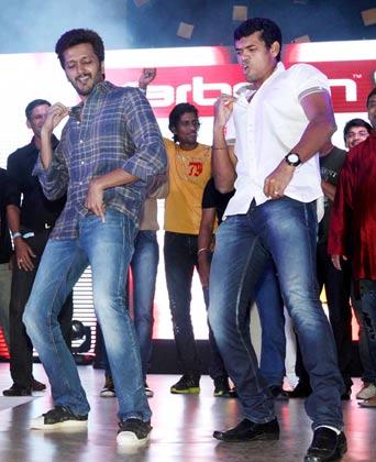 <br />पार्टी में बॉलीवुड के गानों पर डांस करते अभिनेता रितेश देशमुख और टीवी एक्टर सिद्धार्थ सागर।<br />