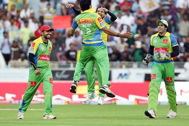 <br />हैदराबाद में बंगाल टाइगर्स के खिलाफ जीत की खुशी मनाते केरला स्ट्राइकर्स के खिलाड़ी।<br />