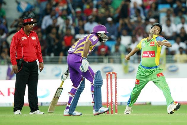 <br />हैदराबाद में सीसीएल के मैच के दौरान बंगाल टाइगर्स के खिलाफ गेंदबाजी करते केरला स्ट्राइकर्स।<br />