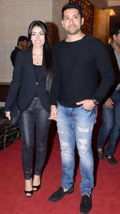 <br />पार्टी में अपनी पत्नी के साथ पहुंचे अभिनेता आफताब शिवदसानी और मुंबई हीरोज के उपकप्तान।<br />