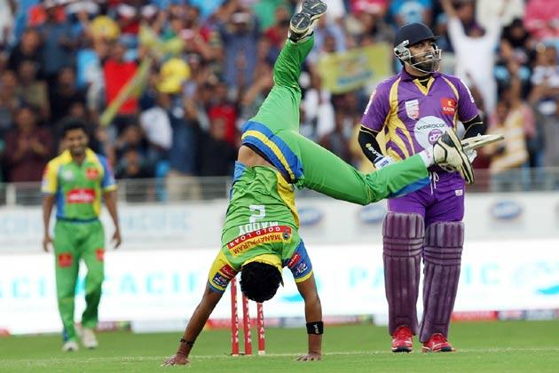 सीसीएल में बंगाल टाइगर्स के खिलाफ जीतने पर मैदान पर नाचते हुए केरला स्ट्राइकर्स।