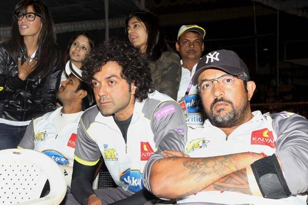 मुंबई हीरोज के एक मैच के दौरान चित्रांगदा सिंह और बॉबी देओल।
