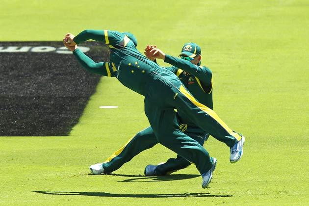 1 फरवरी 2013 को पर्थे में ऑस्ट्रेलिया और वेस्ट इंडीज के बीच एक दिवसीय मैच के दौरान क्रिस गेल का कैच लपकते हुए ऑस्ट्रेलिया के आरोन फिंच।