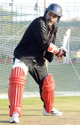 तेलुगु वारियर्स के कप्तान और दक्षिण के सुपरस्टार वेंकटेश मैच से पहले बल्लेबाजी का अभ्यास करते हुए।