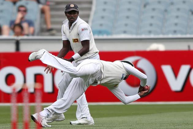 मेलबर्न क्रिकेट ग्राउंड में 27 दिसंबर, 2012 के दूसरे टेस्ट के दूसरे दिन ऑस्ट्रेलिया के पीटर सिडल का कैच लचकते हुए श्रीलंका के प्रसन्ना जयवर्धने।