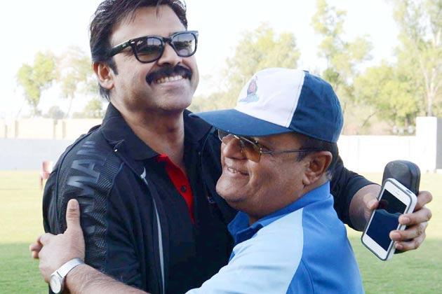 तेलुगु वारियर्स के कप्तान और दक्षिण के सुपरस्टार वेंकटेश का स्वागत करते तेलुगु वारियर्स के एक सदस्य।