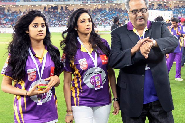 सीसीएल में अपनी टीम को सपोर्ट करती अभिनेत्री श्रीदेवी अपने पति बोनी कपूर और बेटी जाहनवी के साथ।