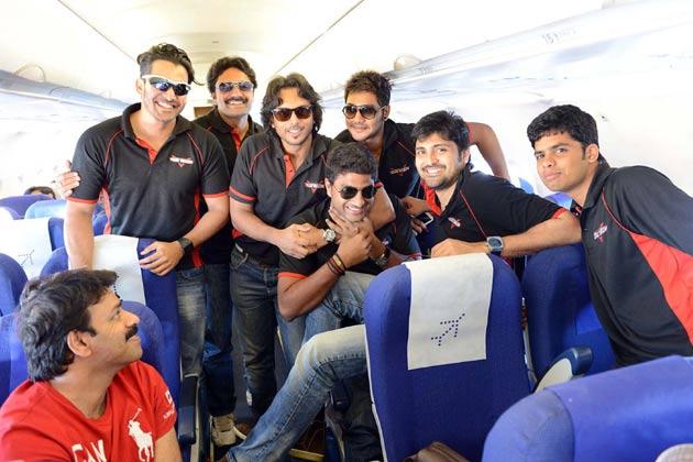 मैच से पहले तेलुगु वारियर्स के खिलाड़ी साथी खिलाड़ियों से मजाक करते हुए।<br /><br />