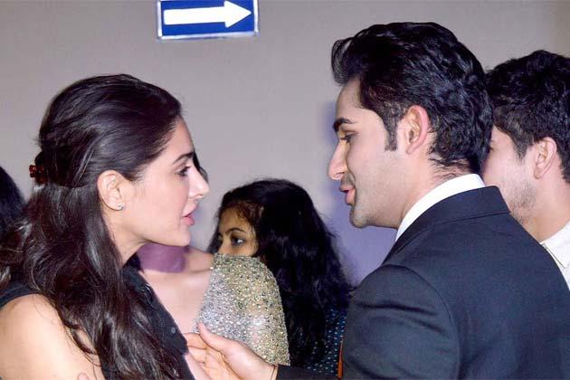 अभिनेत्री नरगिस फाखरी अरमान जैन को बधाई देते हुए।