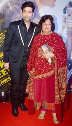 करण जौहर भी अपनी मम्मी के साथ प्रीमियर में पहुंचे।