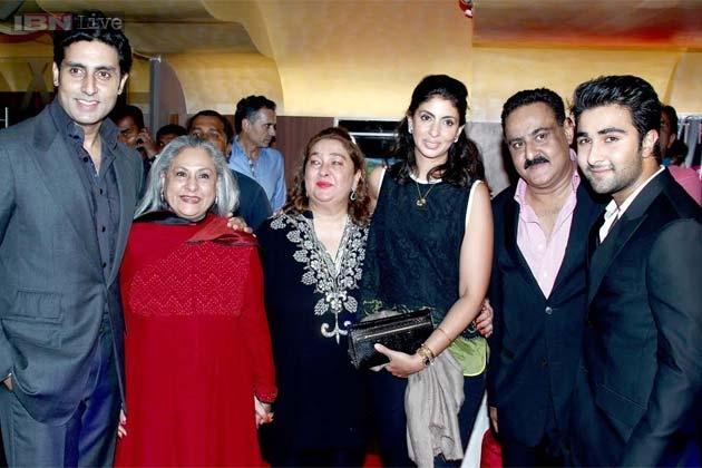 अभिषेक बच्चन अपनी मां जया बच्चन, बहन श्वेता बच्चन के साथ प्रीमियर में पहुंचे।