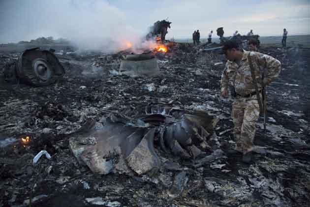 थोड़ी देर बाद ये साफ हो गया कि यूक्रेन में रूस की सीमा के पास मलेशियाई विमान MH 17 क्रैश हो गया है। हादसे में विमान में सवार सभी 298 लोग मारे गए। इसके बाद एक चौंकाने वाली खबर सामने आई, ये विमान किसी हादसे का शिकार नहीं हुआ था बल्कि इसे मिसाइल से मार गिराया गया था।