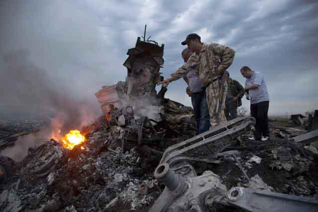 ये वही इलाका है जहां इन दिनों रूस समर्थक अलगाववादी यूक्रेन की सेना से संघर्ष कर रहे हैं। यूक्रेन की सरकार ने दावा किया कि रूस समर्थक लड़ाकों ने जमीन से हवा में मार करने वाले मिसाइल से विमान को मार गिराया। इस घटना ने दुनियाभर के नेताओं को सन्न कर दिया।