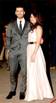 फवाद खान को फिल्म 'खूबसूरत' के लिए बेस्ट डेब्यू मेल एक्टर का अवॉर्ड दिया गया। फवाद अपनी पत्नी के साथ फिल्मफेयर में पहुंचे।