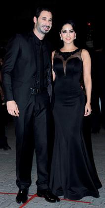 अभिनेत्री सनी लियोन भी अपने पति डेनियल के साथ पहुंचीं।