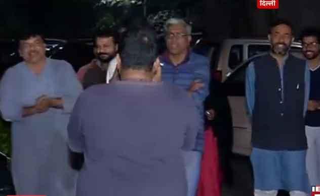 केजरीवाल ने योगेंद्र यादव से तकरीबन ढाई घंटे तक बातचीत की। ये बैठक रात तकरीबन 2 बजे खत्म हुई। इस बैठक के बाद मीडिया के कैमरों के सामने योगेंद्र यादव और बाकी नेता एक दूसरे के साथ गलबहियां करते दिए।
