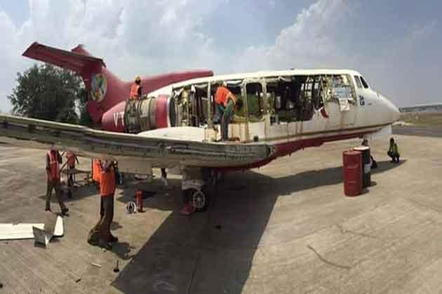 मशहूर उद्योगपति विजय माल्या  के ऐशोआराम का प्रतीक रहा उनका 11 सीटों वाला प्लेन बिक गया है। किंगफिशर एयरलाइंस के बंद होने के बाद अपना बकाया वसूलने के लिए मुंबई इंटरनेशनल एयरपोर्ट प्राइवेट लिमिटेड ने इस जेट प्लेन को 22 लाख रुपये में बेच दिया है। खरीदने वाली कंपनी अब इसे कबाड़ में बदल रही है। आगे की तस्वीरों में देखिए कैसे कबाड़ में बदला जा रहा है इसे।