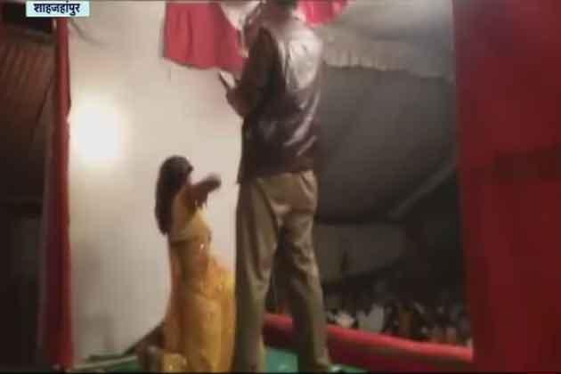 इससे पहले यूपी के शाहजहांपुर में भी नशे में चूर एक सिपाही के सरेआम डांस करने की तस्वीरें आई थीं। शर्मनाक हरकत सामने आने के बाद सिपाही को सस्पेंड कर दिया गया था।
