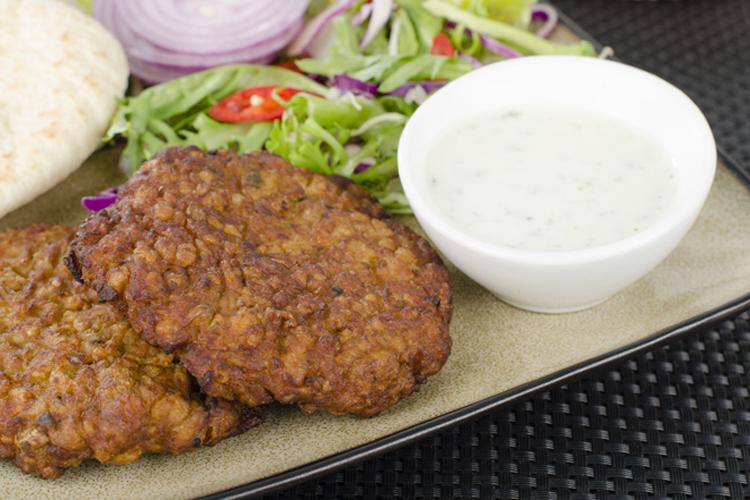 गलौटी कबाब: कबाब वैसे तो मांसाहारियों की पहली पसंद होती है. पर गलौटी कबाब का मुलायम होना इसे खास बनाता है. ईद के मौके पर गलौटी कबाब मिल जाए, तो मजा ही आ जाए.