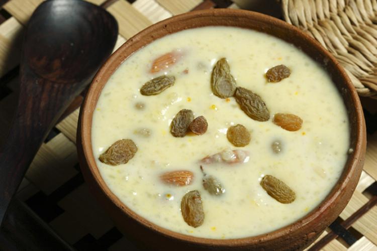 शीर खुरमा: शीर खुरमा परंपरागत मुस्लिम नाश्ते के तौर पर प्रसिद्ध है. शीर का मतलब मीठा होता है, तो खुरमाका मतलब सूखे खजूरों से है. शीर खुरमासुबह के समय खासतौर पर बनाया जाता है.