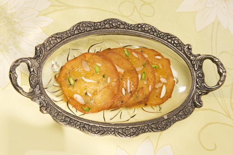 सूफी मालपुआ: मालपुवा जानी मानी डिश है, पर सूफी मालपुआ की बात ही अलग है. ये केसर, मैदा, सूजी और खोए के साथ बनाया जाता है. सूफी मालपुए की शानदार खुशबू आपको दीवाना बना देगी.