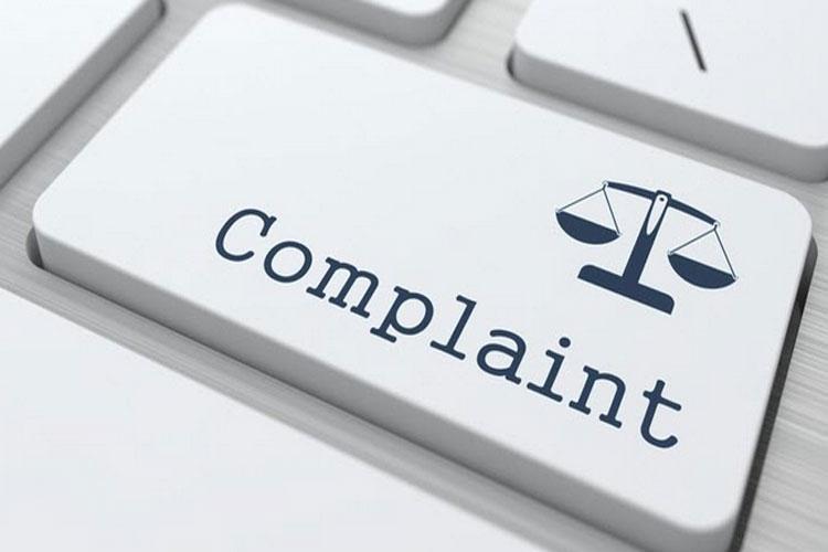 आप कंज्यूमर कोर्ट के बारे में जानते तो हैं, लेकिन अपने साथ कोई धोखाधड़ी होने पर जानकारी के अभाव में उपभोक्ता मंच में शिकायत करने से बचते हैं और चुपचाप बैठ जाते हैं. आज हम आपको कंज्यूमर कोर्ट में शिकायत करने की प्रक्रिया बता रहे हैं, जिससे आप धोखा होने पर आसानी से किसी भी व्यापारी के खिलाफ केस दर्ज कर सकते हैं और अपने हक की लड़ाई लड़ सकते हैं.
