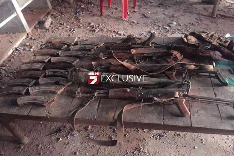 पंजाब के गुरदासपुर में मारे गए आतंकियों के शव आज दीनानगर पुलिस स्टेशन से हटा लिए गए। इन आतंकियों से पाकिस्तान का सामान मिला है। जिसमें उनके जूते, हथियार आदि शामिल है। हम आपको इन समानों की एक्सक्लूसिव तस्वीरें दिखा रहे हैं। आगे की स्लाइड्स में देखें आतंकियों के पास क्या क्या सामान मिला।