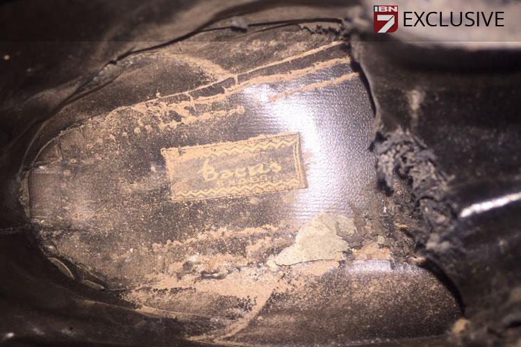 इनके जूतों पर bacas कंपनी का टैग लगा है। ये सियालकोट में है और लेदर का काम करती है।