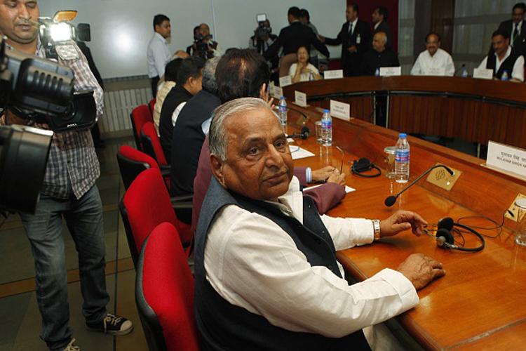 मुलायम सिंह यादव के हालिया यू-टर्न में से है संसद में गतिरोध के समय का यू-टर्न। जब मुलायम सिंह यादव ने कांग्रेस का साथ छोड़ते हुए लैंड बिल और जीएसटी पर केंद्र सरकार का समर्थन कर दिया। इससे पहले वो इसके विरोध में थे। मुलायम ने संसद को बाधित करने के लिए कांग्रेस को आड़े हाथों भी लिया था।