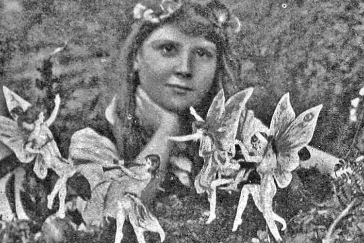 5. परियों की तस्वीरें: इंग्लैंड में ब्रैडफोर्ड के पास कोट्टींगली में दो चचेरी बहनें फ्रांसिस ग्रिफिथ्स (10) और एल्सी राइट (17) एक दिन बगीचे में गईं। एल्सी ने अपने पिता के कैमरे से वहां 5 तस्वीरें खींचीं। इन तस्वीरों को साफ किया तो उनमें नाचती हुई परियां नजर आ रही थीं। 1919 में यह बात शरलॅक होम्स के लेखक सर ऑर्थर कॉनन डॉयल को पता चली तो उन्होंने एक प्रमुख पत्रिका में यह परियों की तस्वीर की घटना पर आर्टिकल लिख डाला। फिर तो ये तस्वीरें खूब चर्चित हुईं। 50 साल तक लोग इसे सही समझते रहे।1981-82 में फ्रांसिस ग्रिफिथ्स और एल्सी राइट ने स्वीकार कर लिया कि परियों की तस्वीर वाली बात सफेद झूठ थी। फ्रांसिस ने कहा, मुझे ताज्जुब है, लोगों ने विश्वास कैसे कर लिया कि वे सचमुच परियां थीं।
