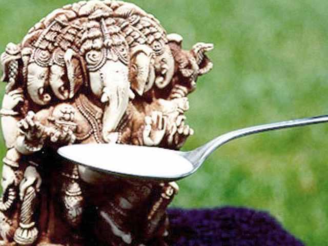 21 सितंबर 1995 का दिन कौन भूल सकता है। 21 सितंबर, गुरुवार के दिन नई दिल्ली के एक मंदिर में सुबह के वक्त हिंदू देवता गणेश जी की प्रतिमा के दूध पीने की अफवाह फैली। देखते ही देखते पूरे देश में यह खबर फैल गई और मंदिरों पर भक्तों की भारी भीड़ इकट्ठा होनी शुरू हो गई। आपको यह जानकर आश्चर्य होगा कि न सिर्फ भारत में बल्कि पूरे एशिया में कई स्थानों पर यह अफवाह फैली।