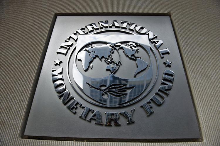 विश्व बैंक विकासशील देशों को नीति सुधार कार्यक्रमों और परियोजनाओं के लिए ऋण देता है, जबकि अंतरराष्ट्रीय मुद्रा कोष केवल नीति सुधार कार्यक्रमों के लिए ही कर्जा देता है। हालांकि अंतरराष्ट्रीय मुद्रा कोष के संसाधनों का इस्तेमाल गरीब देशों के साथ धनी देश भी कर सकते हैं।