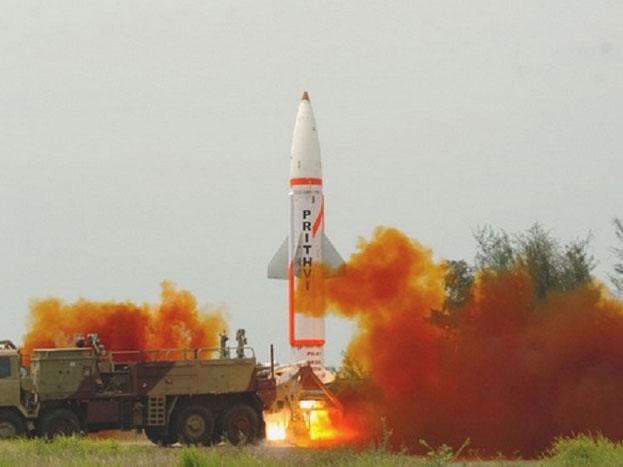पृथ्वी 3: जमीन से जमीन पर हमला करने वाली पृथ्वी 3 लगभग 350 किमी तक मार कर सकती है. ये ब्रह्मोस से कम भी नहीं है. तकनीकी के मामले में भी ज्यादा पीछे नहीं है, और हमला करने में पूरी तरह से अचूक भी है. इसे इंटीग्रेटेड गाइडेड मिसाइल डेवलपमेंट प्रोग्राम के तहत बनाया गया है.