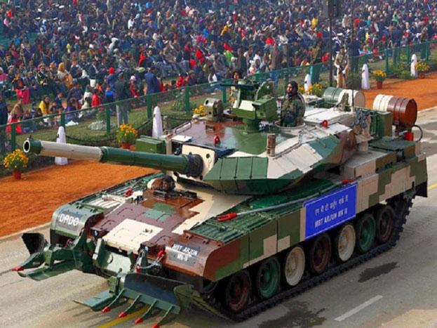 अर्जुन मार्क-II टैंकः ये भारतीय सेना का मुख्य युद्धक टैंक है, जिसे बेहद खतरनाक माना जाता है. ये अर्जुन टैंक का अत्याधुनिक थर्ड जेनेरेशन टैंक है जिसमें कई सुधार किए गए हैं. ये टैंक किसी भी परिस्थिति में शानदार मार कर सकता है. ये पलक झपकते ही अपने शिकार को निशाना बना लेता है. इसके ऊपर रिमोट संचालित मशीन गन लगी होती हैं. सेना में इसे दीवार कहा जाता है, जिसे तोड़ना दुश्मनों के बस में नहीं.
