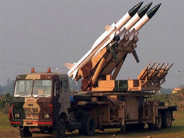आकाश: मीडियम रेंज की ये मिसाइल जमीन से हवा में मार करती है. ये किसी भी लड़ाकू विमान को 30 किलोमीटर दूर से ही गिरा देगी. चाहे वो जमीन से 18 हजार मीटर की उंचाई पर ही क्यों न हो.