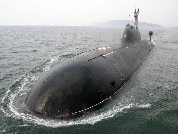 INS चक्रः इसे स्टील से बनी शार्क भी कहा जाता है. ये पनडुब्बी पानी के अंदर जब तक चाहे रह सकती है. भारत ने नेवी को ट्रेंड करने के लिए इसे दस साल के लिए रूस से लीज पर लिया है. ये परंपरागत हथियार, चार 533 एमएम और चार 650 एमएम टोरपेडो ट्यूब्स ले जाने में सक्षम है, जो दुश्मन के शिप को उड़ाने में काम आते हैं. इसे सबसे तेज परमाणु पनडुब्बी माना जाता है.