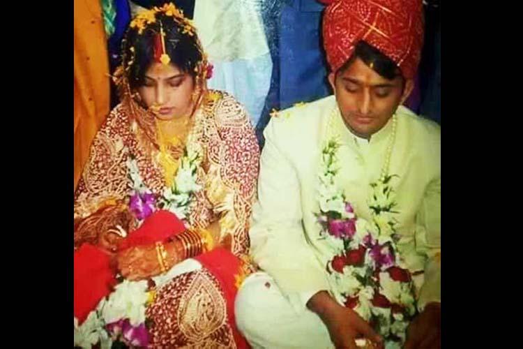 कहा जाता है कि उस वक्त मुलायम के खास दोस्त अमर सिंह ने उन्हें दोनों की शादी के लिए मनाया और 1999 में दोनों की शादी हुई।