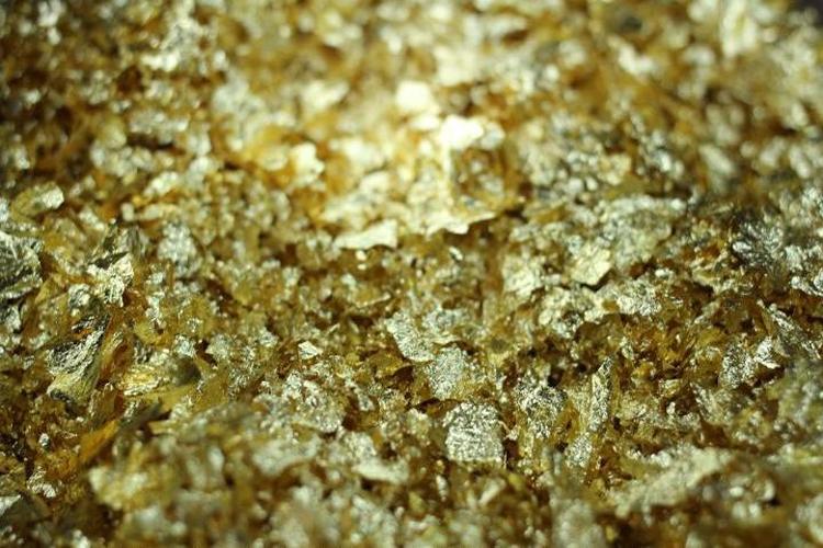 सोने का पॉउडर: चांदी का वर्क जो मिठाइयों पर चढ़ा होता है, उसे तो हम जानते हैं. पर सोने का वर्क मिठाइयों पर चढ़ाना हर किसी के बस की बात नहीं. ये 200 यूरो प्रति ग्राम यानि 2000 यूरो प्रति तोले की कीमत पर मिलता है. इसकी कीमत भारतीय मुद्रा में डेढ़ लाख रुपए प्रति तोले की है.