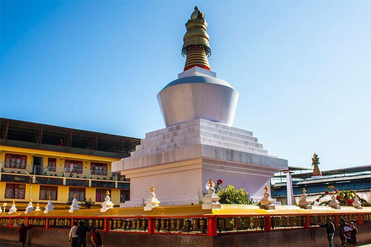 दो द्रूल चोर्टेन मठ का शिखर सोने का बना हुआ है. इस मठ में 108 प्रार्थना चक्र है. इस मठ में गुरु रिमपोचे की दो प्रतिमाएं स्थापित हैं.