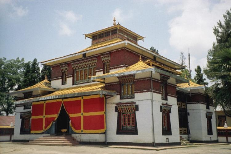 सिक्किम के अधिकतर लोग बौद्ध धर्म के हैं. इसलिए सिक्किम में बहुत सारी मॉनेस्ट्रिज हैं. यहां की सड़कें ऊंची-नीची हैं जिन्हें पार करने के लिए पैडेस्टील फ्लाई ओवर्स हैं.
