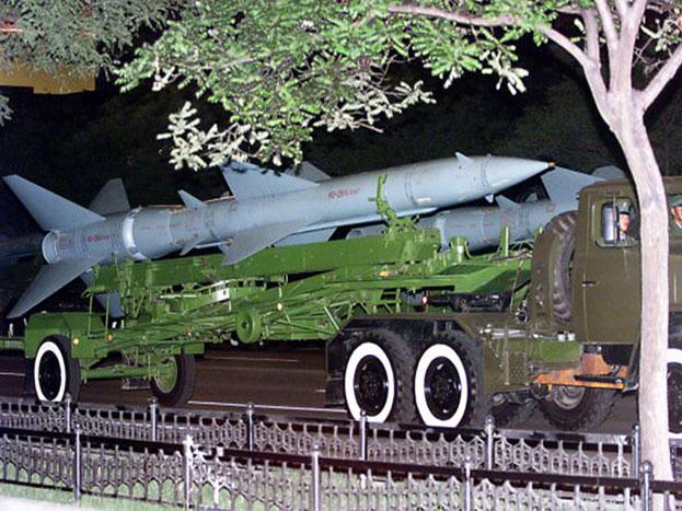 डीएफ-26 मिसाइल: चार हजार किलोमीटर दूर तक हमला करनेवाले इस मिसाइल को 'गुआम किलर' की संज्ञा दी जाती है क्योंकि गुआम में स्थित अमेरिकी नौसैनिक बेड़ा इसके दायरे में है.
