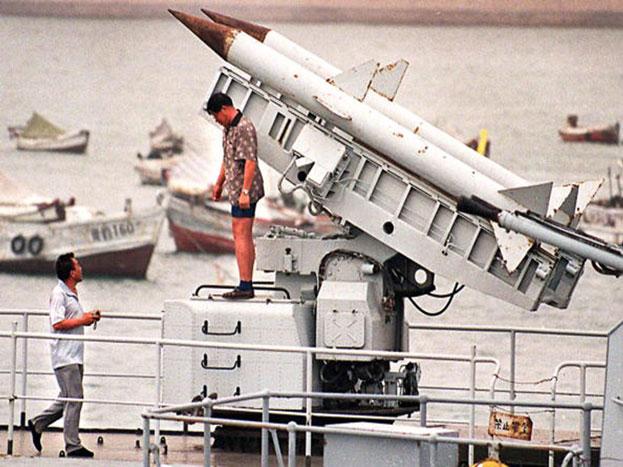 डीएफ-5बी मिसाइल: द्रवीय ईंधन से चालित यह अंतरमहाद्वीपीय बैलेस्टिक मिसाइल तीन से अधिक परमाणु हथियार लेकर 15 हजार किलोमीटर दूर तक मार कर सकता है_. इसे दुनिया के सबसे खतरनाक मिसाइलों की श्रेणी में गिना जाता है.
