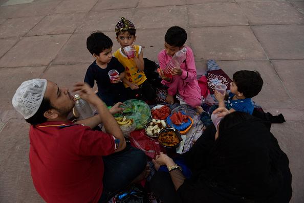 भारत की जहां तक बात है, भारतीय संविधान में सभी धर्मों, जातियों के लोगों को जीने के समान अधिकारी दिए गए हैं, लेकिन जहां तक इस्लाम के अनुयायियों की बात है तो, मुसलमानों के घरेलू, पारिवारिक, उसमें भी खासकर शादी, तलाक, बच्चों से संबंधित मामलों और पति-पत्नी, माता-पिता के बीच सभी मामलों का शरीयत कानून के हिसाब से ही समाधान निकाला जाता है। भारतीय कानून उसमें हस्तक्षेप नहीं कर सकता।