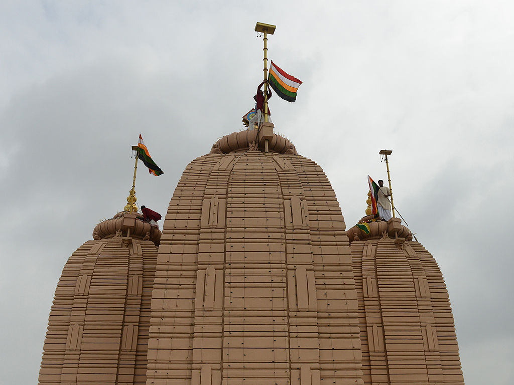 एक पुजारी रोज मंदिर के ऊपर लगे झंडे को बदलता है जो लगभग 45 मंजिला इमारत के बराबर ऊंचाई पर है। कहा जाता है कि अगर एक दिन भी ऐसा नहीं किया गया तो मंदिर अगले 18 सालों के लिए बंद हो जाएगा।