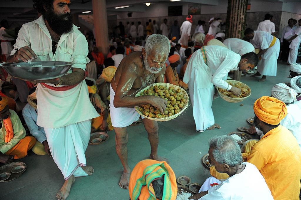 मंदिर में बना प्रसाद- माना जाता है कि मंदिर में एक दिन में चाहे 2000 लोग आएं या 2 लाख लोग, मंदिर में बना प्रसाद हमेशा पूरा बैठता है। यह प्रसाद ना कभी कम पड़ा है और ना ही कभी बर्बाद हुआ है।