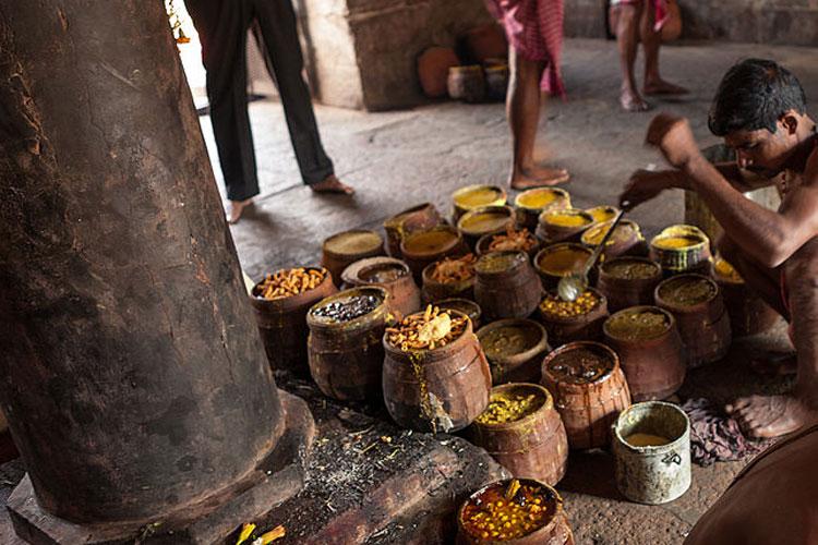 मंदिर में बनने वाला प्रसाद- कहा जाता है कि मंदिर में बनने वाला प्रसाद 7 बर्तनों में बनता है, यह खाना एक के ऊपर दूसरे बर्तन को रखकर बनाया जाता है। हैरान करने वाली बात यह है कि सबसे पहले खाना सबसे ऊपर रखे बर्तन में बनता है और उसके बाद यह क्रम नीचे की तरफ चलता है। यानि सबसे ऊपर वाले बर्तन के बाद उससे नीचे वाले बर्तन का खाना बनकर तैयार होता है।